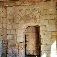 Les vitraux sont superbes, quatre d'entre eux évoquent le titulaire de l'église. Les voûtes en bois des deux vaisseaux apportent une certaine chaleur, les croisées d'ogives du chœur et des chapelles sont complexes, les clefs de voûtes magnifiques. Quelques décors sculptés, ou détails architecturaux, particulièrement le portail Sud, sont à découvrir.