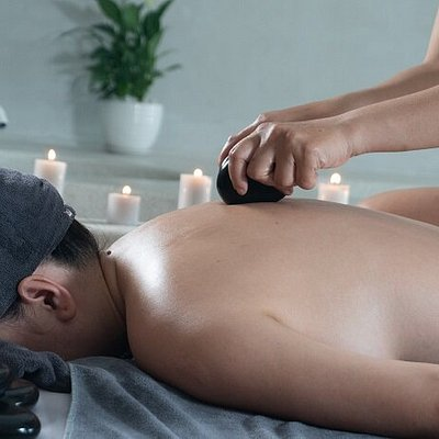 Hot stone massage Stone massage with the action of hot stones helps promote the elasticity of muscles and joints, reduce pain and improve movement of the body.