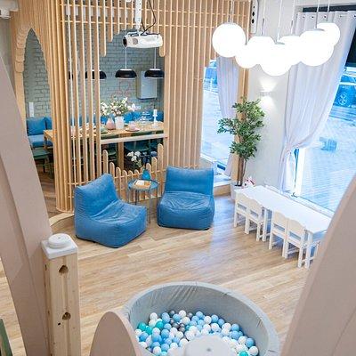 2 индивидуальных зала с детскими двухуровневыми игровыми. В каждом зале есть зона для взрослых. Проектор с караоке и x box. Для детей есть бизиборд, батут, горка, лазалка, детская кухня и другие игрушки