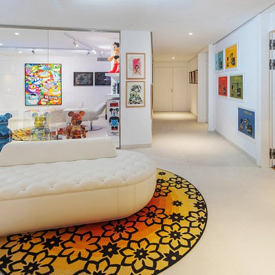 In our modern gallery you can enjoy our street art artworks and the most actual Be@rbricks