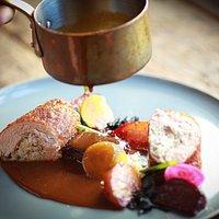 Poitrine de pintade rôtie, déclinaison de betteraves de notre jardin, gastrique au foie gras