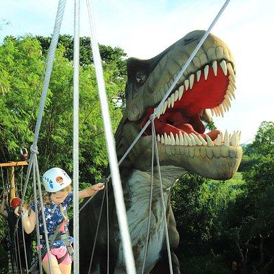 Pista de arvorismo e tirolesa no Dino Adventure, no Vale dos Dinossauros