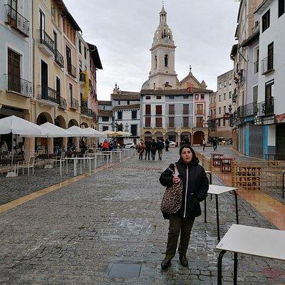 La plaza  del Mercado, al fondo la Colegiata.
