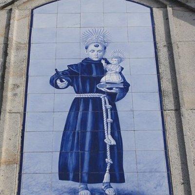 Azulejo por cima da porta principal.