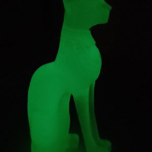 кальцит может светиться в темноте, но свечение постепенно слабеет так как происходит за счёт *накопленного* света