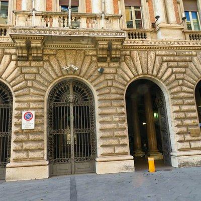 Particolare dell'ingresso principale e del bugnato che contraddistingue la decorazione del palazzo fino al primo piano.