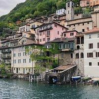 La Locanda Gandriese vista dal traghetto sul Lago di Lugano.