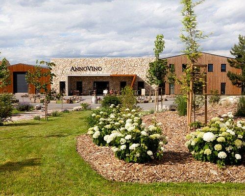 Pohled na Návštěvnické centrum vinařství Annovino Lednice přes unikátní zahradu Amonit.