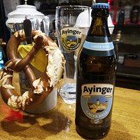 Традиционный баварский брецель с солью - идеальный снек к пиву.