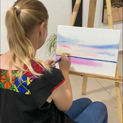 Nuestra amiga elenik0980 pintando en la Galeria
