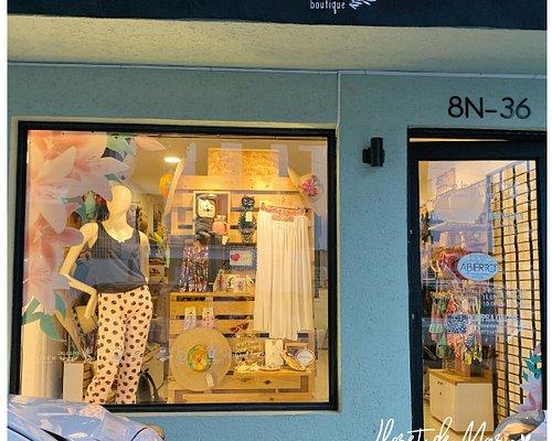 Así e incluso más encantadora luce nuestra tienda!!!... Cargada de historias y mucho talento local.