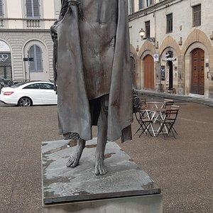 la statua stilizzata di San Giovanni Battista opera di Vangi