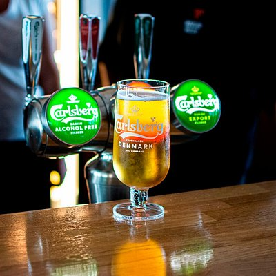 I vår bar hittar du väl kylda drycker. Vi har fullständiga rättigheter.