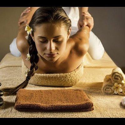 Disponemos del masaje Thai tradicional, impartido por quiromasajistas formadas y expertas. Este masaje consigue una renovación y una movilización a través de presiones y estiramientos.Se recibe sobre futón elevado, extra grande.