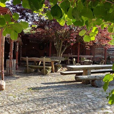 Ein uriges Café mit Wintergarten und einem geschützen Innnenhof bietet fast 100 Gästen Platz. Selbstgebackener Kuchen und Torte werden stets frisch zubereitet.