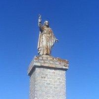 En los terrenos donde antes se alzaba el castillo medieval ahora una escultura del Sagrado Corazón corona la ciudad de Lebrija cual vigia perpetua de la misma.