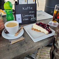 Lekkere koffie met Limburgse vlaai. Op het terras naast splinternieuwe terrasverwarming. Aanrader tijdens een fietstochtje. Enthousiaste eigenaresse.