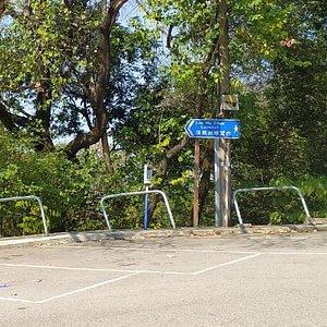 落馬洲花園~外面不遠處的咪錶停車場有 (落馬洲瞭望台)標示