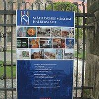 Werbung am Eingang des städtischen Museums in Halberstadt