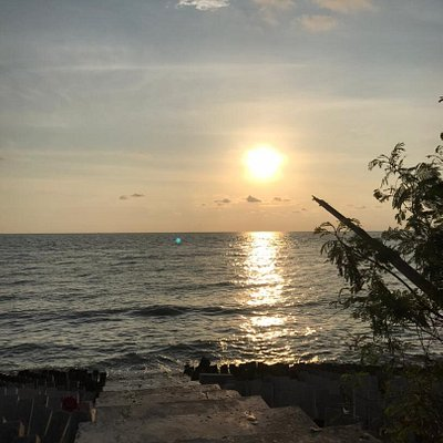 Ban Pecah is one of the most popular places in Kuala Kurau and Tanjong Piandang. This because Ban Pecah is a good beach for leisure for the whole family, friends,and we can see the beautiful sunset. Also, we can see the separation of seawater and fresh water in Ban Pecah.