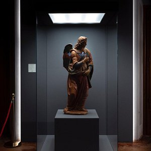 Attribuito da Carlo Ludovico Ragghianti alla scuola del Verrocchio e da Carlo Pedretti al giovane Leonardo da Vinci, l'Angelo Annunciante custodito nella Pieve di San Gennaro in Lucchesia è la più grande fra le sculture ascritte al genio del Rinascimento.