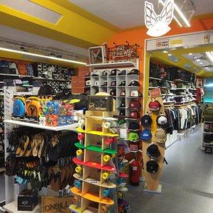 assortimento di abbigliamento accessori e skateboard