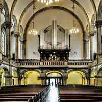 Interno - vetrate ed organo