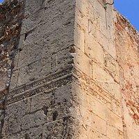 Parte del muro della vecchia Chiesa di San Nicolò, centro storico.