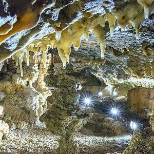 Blick in die funkelnde Kristallkammer der Rübeländer Hermannshöhle.