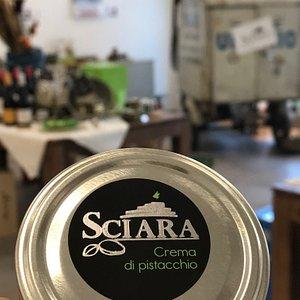 Specialità al pistacchio, frutta secca, ma anche olio e vino Siciliani