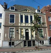 Dit is de voorgevel van het museum op de Prinsegracht 15. De ingang van het museum zit om de hoek  in de Jan Hendrikstraat