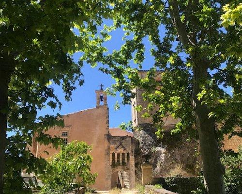 Les archives papales d'Avignon font mention du Château de Mille en 1238. Il fut la résidence estivale des évêques d'Apt et des papes d'Avignon, notamment Clément V, dont le portrait orne une salle du château.