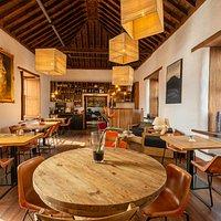 Nuestra sala, comedor, del S. XVII tiene un encanto inigualable donde disfrutar nuestra cocina creativa con producto local.