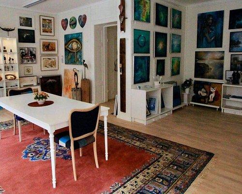 HAD har flyttat till ny stor lokal på samma adress som tidigare.  11 konstnärer ställer ut sina alster. Tavlor, keramik mm.  till mycket fördelaktiga priser.