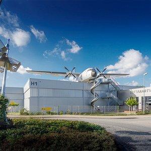 """Außenansicht mit begehbarer Transall C-160 """"Silberne Gams"""" und Riesenrutsche."""