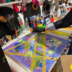 Atelier art abstrait acrylique sur tableau