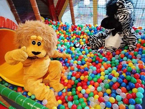 Zébulon et Zouzou, nos mascottes, profitent de la piscine à balles...