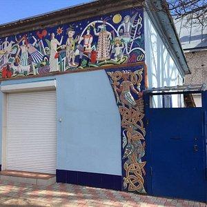 Фасад здания музея. Посетить его можно по предварительной записи. Здесь вы сможете узнать больше о керамики, о художнике-керамисте Анатолие Камардине, пройти мастер-класс по лепке из глины или просто купить авторские сувениры на память.
