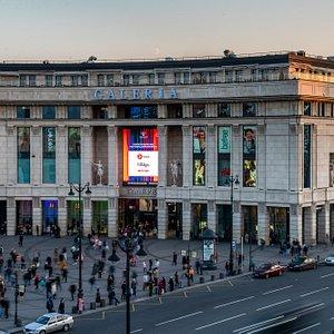 Главный вход в ТРЦ со стороны Московского вокзала