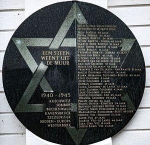 Gedenksteen 1940-1945, voorgevel synagoge