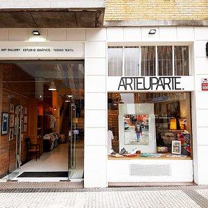 En Arteuparte Gallery encontrarás arte de nuestrxs artistas del ámbito local, nacional y global. Además, somos una plataforma de creación de proyectos de arte y estudio gráfico orientado a la cultura. Te esperamos! :)