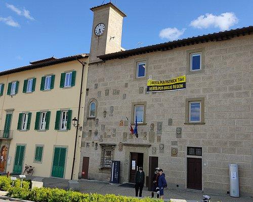La semplice facciata del Palazzo Pretorio (sulla destra) è ornata dagli stemmi dei podestà che hanno retto Barberino nel tempo. Il palazzo è stato radicalmente restaurato (quasi rifatto) nell'800.