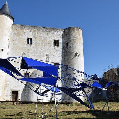 Yvonne, la baleine. Sculpture de Julien Vrignaud, installée dans la cour du château, en avril 2021. De 6.7m de long et 4m de large, elle pèse 225kg.