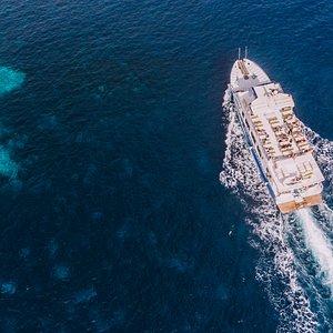 Navegar cerca de la costa es primordial para apreciar la belleza que nos ofrece la isla.