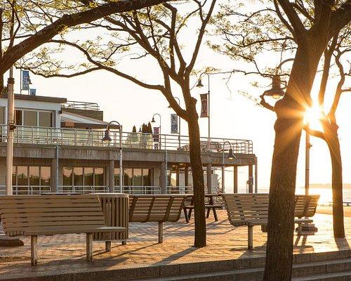 Pour la saison 2021, le bureau d'information touristique sera installé temporairement à la Gare maritime du Parc portuaire, au 1400, rue du Fleuve.
