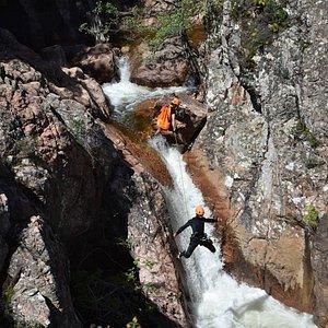 Venez découvrir le canyoning dans le canyon du Baracci avec Baracci Natura.