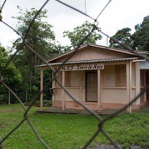 A escola d comunidade ao lado da capela.