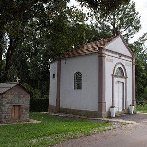 A capela e a pequena representação em pedra.