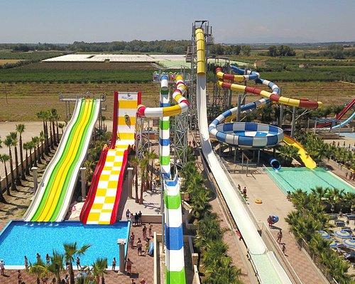 Le 13 attrazioni adrenaliniche, reginette del parco, raggiungono altezze varibili, da 15 fino a 30 metri, con una superficie lineare di 1.500 metri.