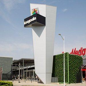 El Centro Comercial Imaginalia es el mayor centro comercial de Albacete y de Castilla – La Mancha. Cuenta con una superficie comercial de más de 45.000 m2. Y ofrece una amplia oferta de tiendas, ocio y restauración. Además, es un centro comercial solidario, comprometido con el desarrollo social y el crecimiento sostenible. Colabora activamente con distintas Asociaciones y ONGs.  Imaginalia es el Centro de Tus Planes.